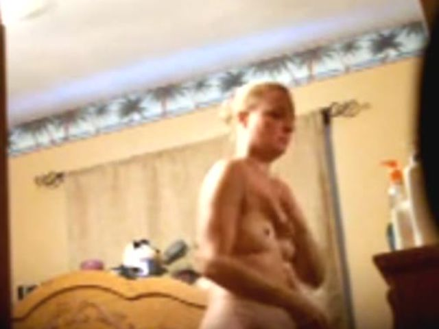dad sets-up spy-cam to see his daughter(娘) naked