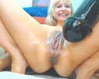 giant dildo mkes her squirt on cam show